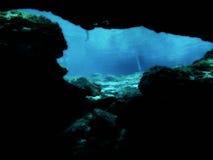Exploration sous-marine de caverne Images libres de droits