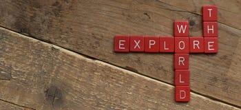 Explore el mundo, hecho con las letras del Scrabble imágenes de archivo libres de regalías