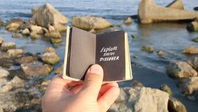 Explore el sueño descubren - idea, el texto y rocas del viaje en el mar almacen de metraje de vídeo