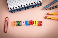 explore Hölzerne Buchstaben auf dem Schreibtisch stockfotografie