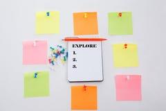 explore Konzept schreiben auf Bürotisch, Notizblock und bunten Bleistift Ansicht von oben genanntem mit Kopienraum lizenzfreies stockfoto