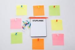 explore Konzept schreiben auf Bürotisch, Notizblock und bunten Bleistift Ansicht von oben genanntem mit Kopienraum lizenzfreie stockfotos