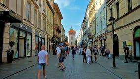 Explore la ciudad vieja de Kraków, Polonia almacen de metraje de vídeo