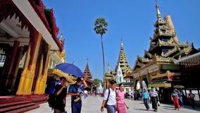 Explore la pagoda vieja de Shwedagon, Rangún, Myanmar metrajes