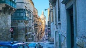 Explore las calles estrechas de La Valeta, Malta almacen de metraje de vídeo