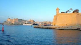 Explore los fortalecimientos y el puerto magnífico de La Valeta, Malta de Senglea metrajes