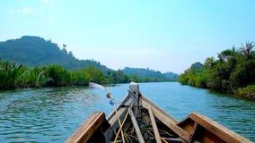 Explore los mangles en el kajak Chaung Tha, Myanmar almacen de video