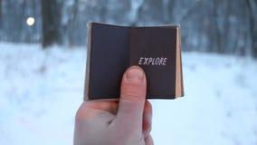 Explore, sirva los controles un libro en su mano con la inscripción almacen de metraje de vídeo