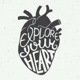 Explore su corazón en corazón anatómico en fondo del vintage Fotos de archivo