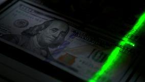 Explore una nota de efectivo para la verificación Primer El haz verde se mueve lentamente metrajes