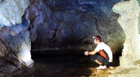 Explorer de caverne Photographie stock