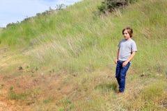 Explorer de garçon de la campagne de Tween Photographie stock libre de droits