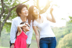 Explorer de grand-mère, de mère et de fille extérieur Photographie stock libre de droits