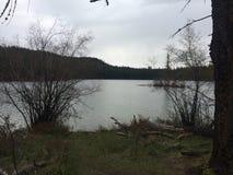 Explorer un lac scénique pendant une hausse de région sauvage de kamloops Image libre de droits