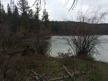 Explorer un lac scénique pendant une hausse de région sauvage de kamloops Photographie stock libre de droits