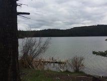 Explorer un lac scénique pendant une hausse de région sauvage de kamloops Photos stock
