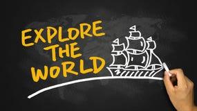 Explorez le dessin de concept du monde et de main de bateau de navigation sur le noir image stock