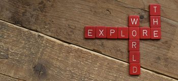 Explorez le monde, fait avec grattent des lettres images libres de droits