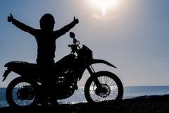 Explorez le sommet de la gamme de montagne en la moto Image libre de droits