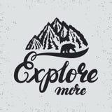 Explorez plus de main écrite en marquant avec des lettres la typographie avec des montagnes et soutenez la silhouette Photographie stock