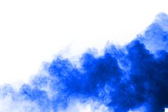 explosão azul do pó no fundo branco Nuvem colorida fotografia de stock