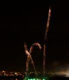 A explosão colorida dos fogos-de-artifício no fim escuro do fundo acima com o lugar para o texto, festival dos fogos-de-artifício Fotografia de Stock Royalty Free