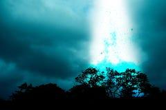 A explosão de objetos estranhos cai do céu noturno foto de stock royalty free