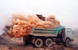 Explosão de poeira ao carregar o caminhão na mina Fotos de Stock