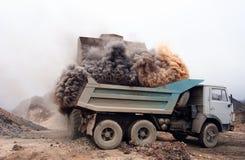 Explosão de poeira ao carregar o caminhão na mina 2 Imagem de Stock