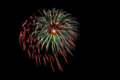 Explosão do fogo de artifício no céu noturno Fotos de Stock Royalty Free