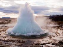 Explosão do geyser em Islândia Imagem de Stock