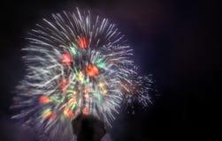 Explosão grande do fogo de artifício, cores brilhantes fotografia de stock