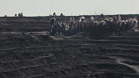 Explosão na mina aberta Rochas da detonação na mineração da pedreira Explosão poderosa na mina de poço aberto Vista de cima do video estoque