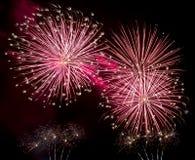 Explosão vermelha dos fogos-de-artifício no céu noturno Fotos de Stock