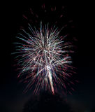 Explosões dos fogos-de-artifício no céu preto Imagem de Stock