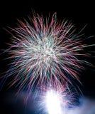 Explosões dos fogos-de-artifício no céu preto Fotos de Stock