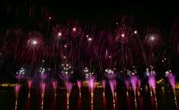 Explosión colorida de los fuegos artificiales, Año Nuevo, fuegos artificiales asombrosos aislados en cierre oscuro del fondo para Imagen de archivo libre de regalías