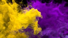 Explosión de color púrpura amarilla - mate alfa flúido de las explosiones coloridas múltiples del humo stock de ilustración