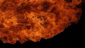 Explosión de la bola de fuego, cámara de alta velocidad, llama aislada del fuego en fondo negro almacen de video