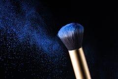 Explosión de polvo del cepillo y del polvo del maquillaje de los cosméticos Imagen de archivo