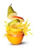 Explosión del jugo de las rebanadas de la fruta Fotografía de archivo libre de regalías