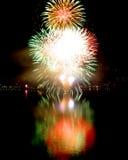 Explosión grande de los fuegos artificiales del ` s Eve del Año Nuevo Imagenes de archivo