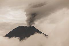 Explosión potente piroclástica, volcán de Tungurahua Fotos de archivo libres de regalías