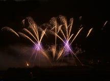 Explosión roja de los fuegos artificiales, Año Nuevo, fuegos artificiales asombrosos aislados en cierre oscuro del fondo para arr Foto de archivo libre de regalías