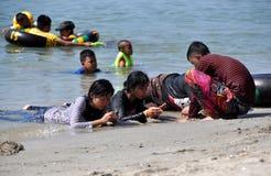 Explosión Saen, Tailandia: Adolescencias tailandesas en la playa Fotos de archivo libres de regalías