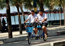 Explosión Saen, Tailandia: Estudiantes que montan Bicicleta-Construir-para-Dos Imágenes de archivo libres de regalías