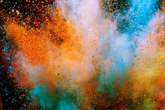 Explosi?n coloreada del polvo en fondo negro imágenes de archivo libres de regalías