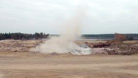 Explosie bij het steengroevedynamiet stock videobeelden