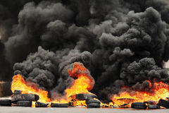 Explosie en brandende wielen die reusachtige donkere smo veroorzaken Stock Foto's