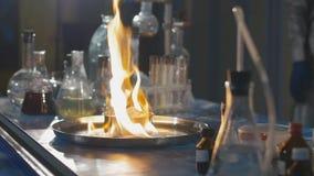 Explosie tijdens het experiment Niet succesvol experiment in het chemische laboratorium stock video